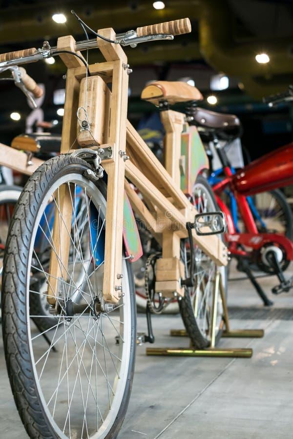 Bicicleta feita da madeira fotografia de stock royalty free