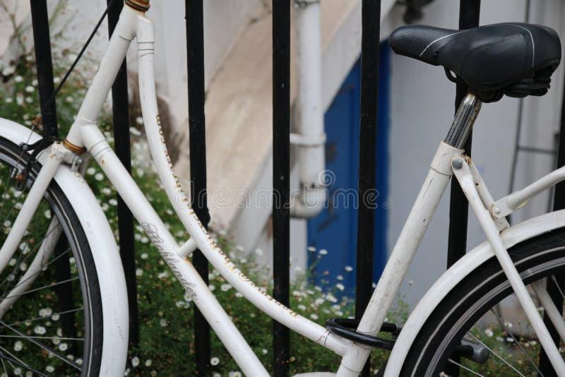 Bicicleta fija del engranaje en ciudad fotografía de archivo
