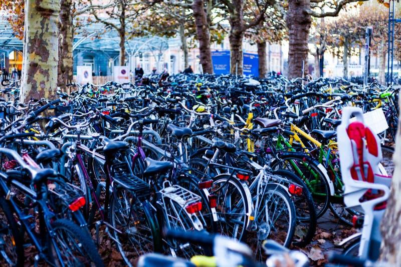 Bicicleta grande que estaciona com lote das bicicletas Conceito do esporte com bicicleta Pilha das bicicletas na rua imagem de stock