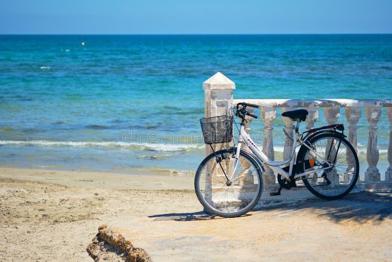 A bicicleta inclinou-se à balaustrada perto do mar Mediterrâneo, Espanha imagem de stock