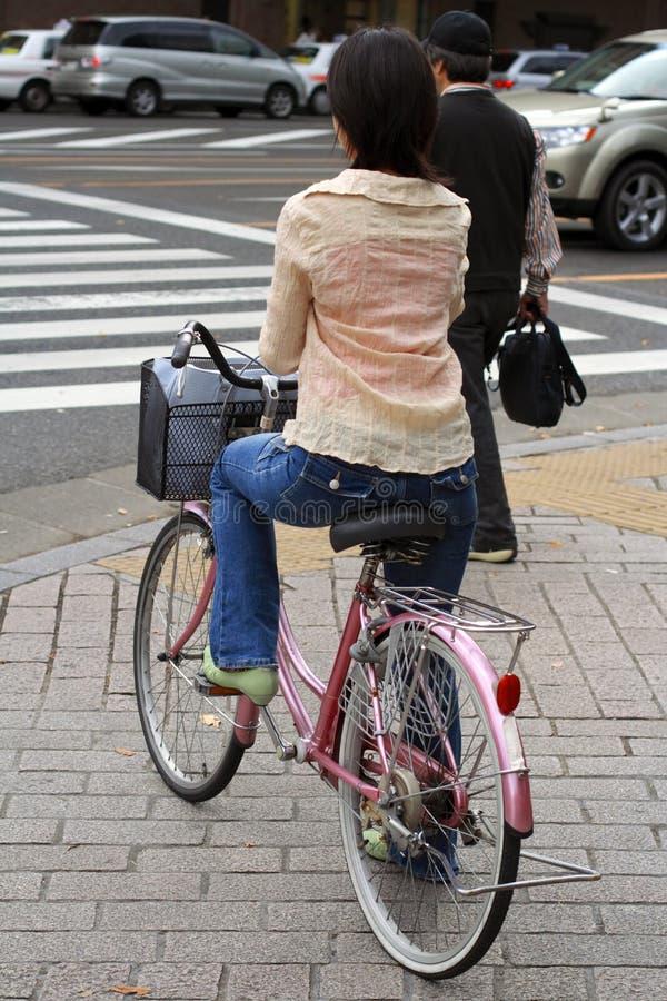 Bicicleta japonesa da equitação da mulher fotografia de stock