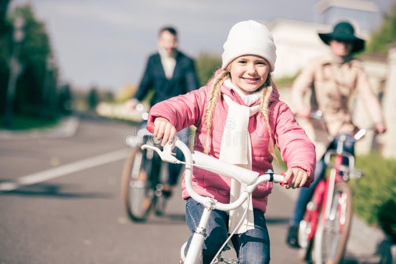 Bicicleta linda del montar a caballo de la niña fotografía de archivo