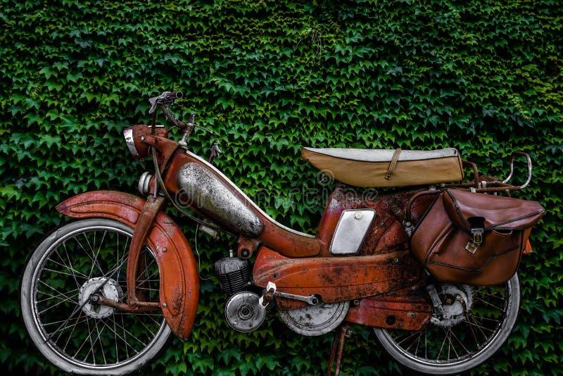 Bicicleta motorizada do europeu do vintage foto de stock royalty free