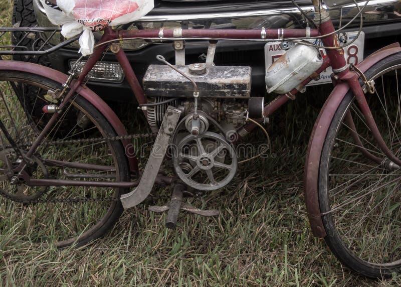 Bicicleta motorizada oxidada usando el motor de vapor fotos de archivo libres de regalías