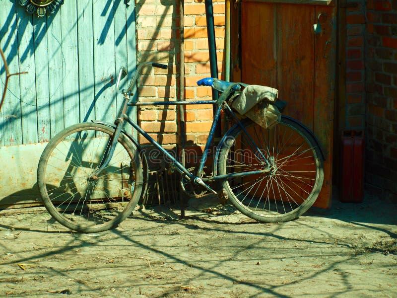 Bicicleta muito velha imagens de stock