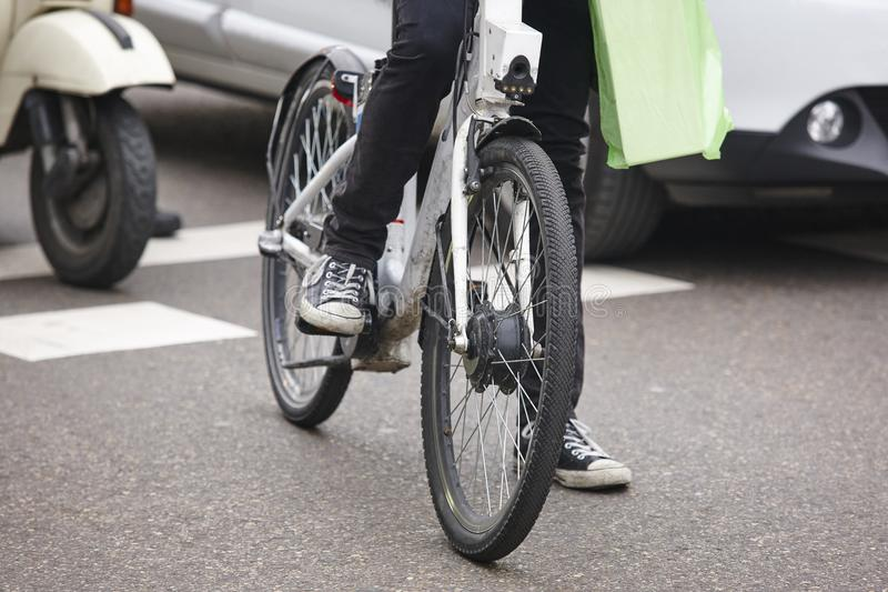 Bicicleta na cidade Tráfego urbano Atividade saudável Polegares para baixo para a poluição imagem de stock royalty free