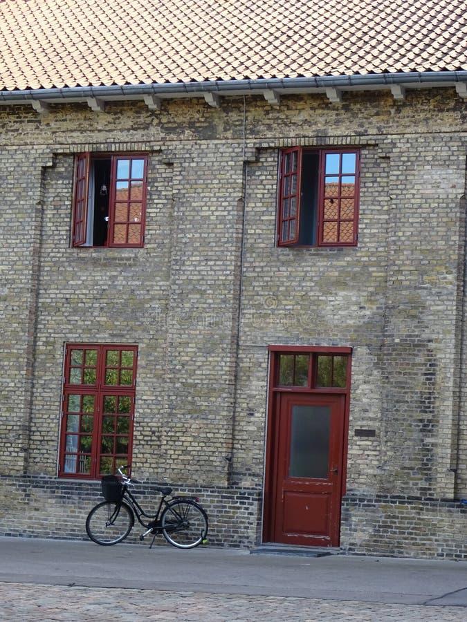 Bicicleta na frente de uma construção velha em Copenhaga, Dinamarca imagens de stock royalty free