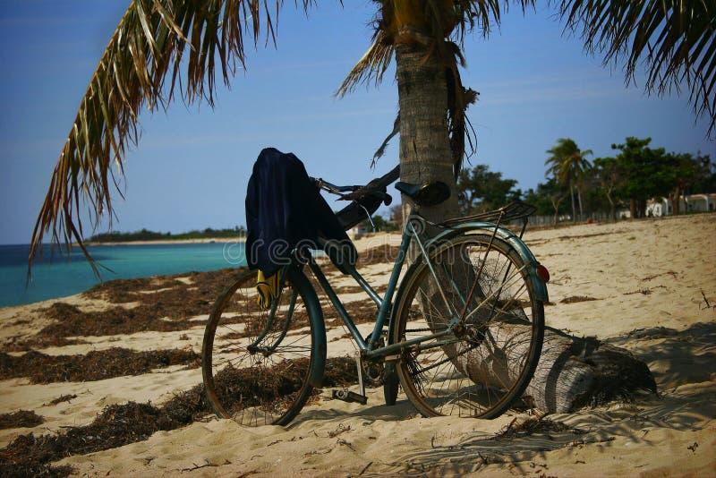 Bicicleta na praia fotos de stock royalty free