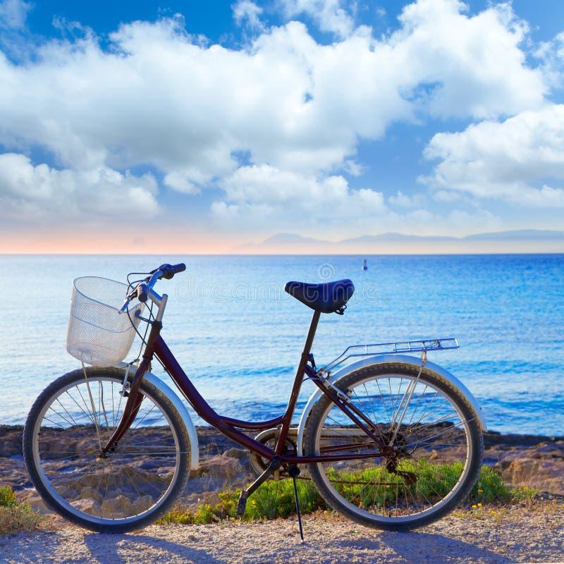Bicicleta na praia de formentera com por do sol de Ibiza fotografia de stock royalty free