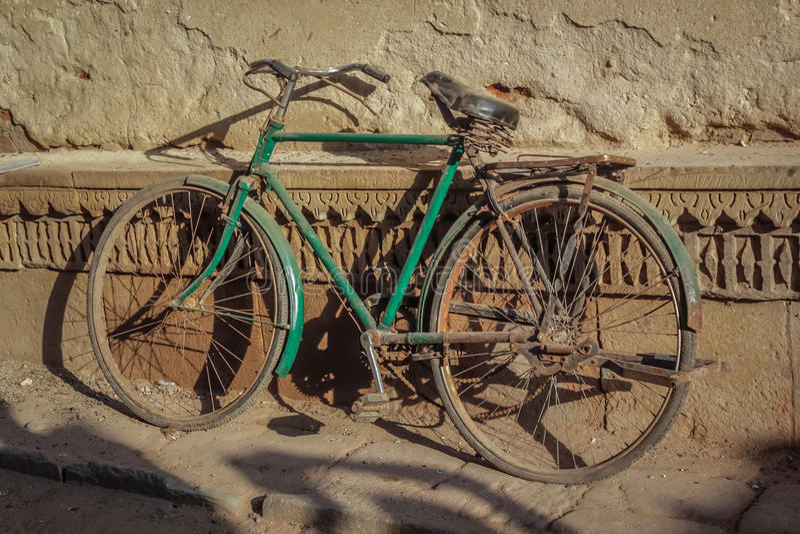 Bicicleta na rua foto de stock royalty free