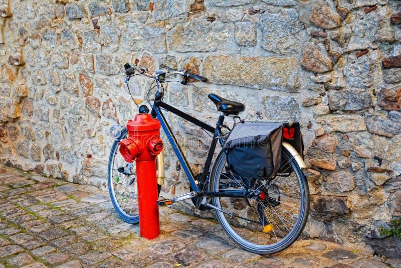 Bicicleta na rua de pedrinha na cidade velha fotografia de stock royalty free