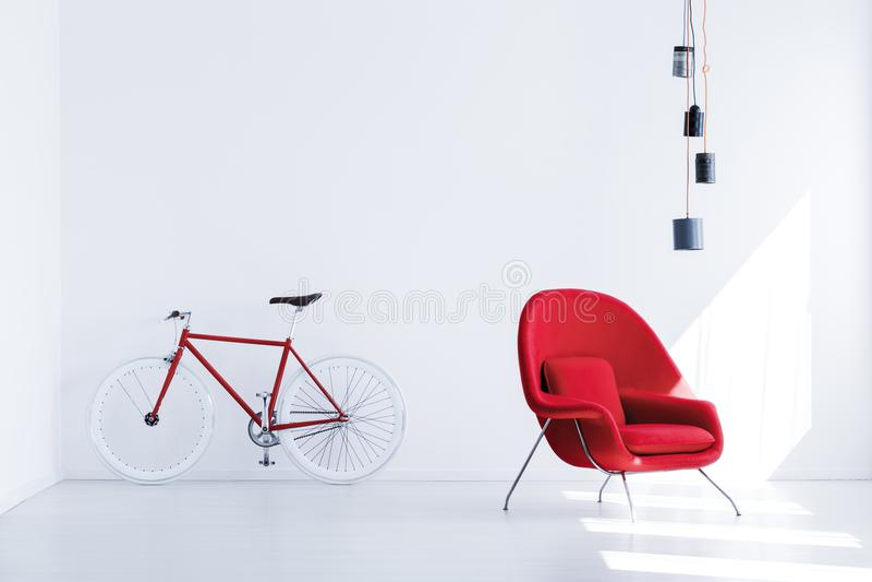 Bicicleta na sala de espera fotografia de stock royalty free