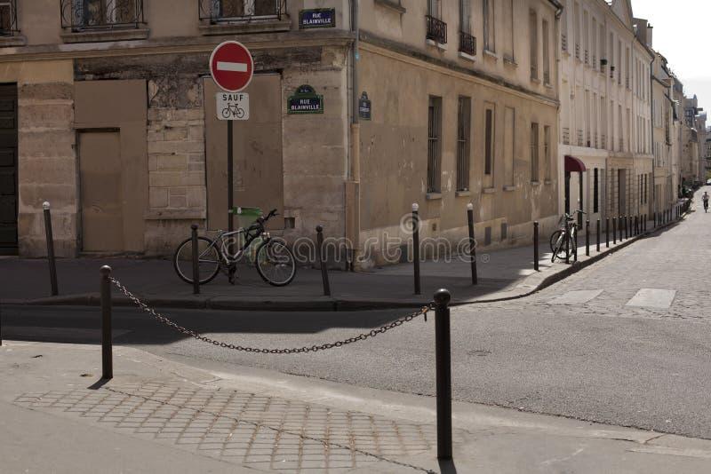 Bicicleta nas ruas de Paris fotos de stock royalty free