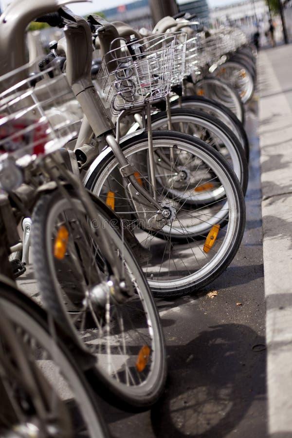 Bicicleta nas ruas de Paris fotos de stock