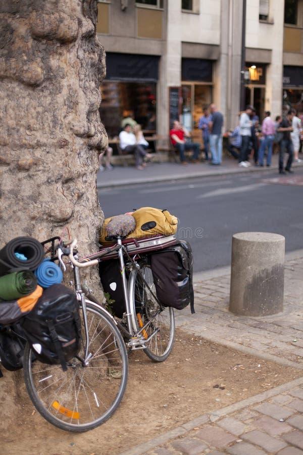 Bicicleta nas ruas de Paris foto de stock