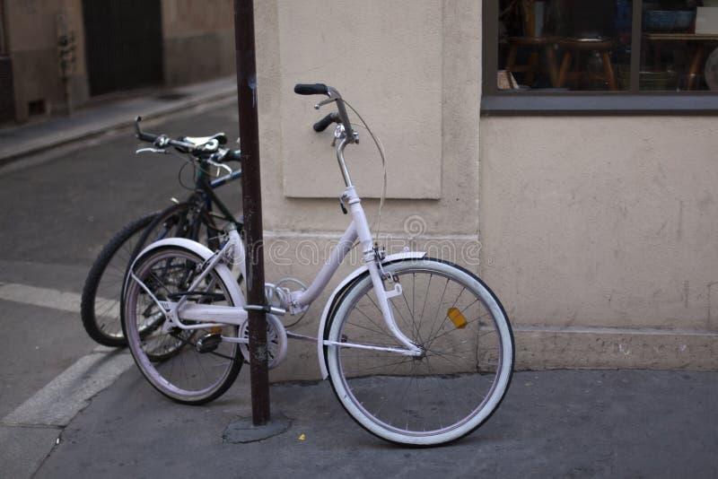 Bicicleta nas ruas de Paris imagem de stock royalty free