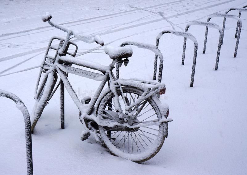 Bicicleta nevada fotos de archivo