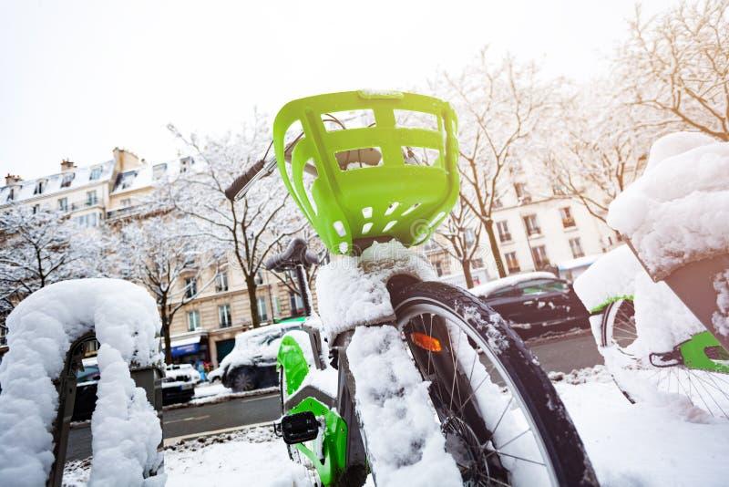Bicicleta nevada en el aparcamiento en París fotos de archivo libres de regalías