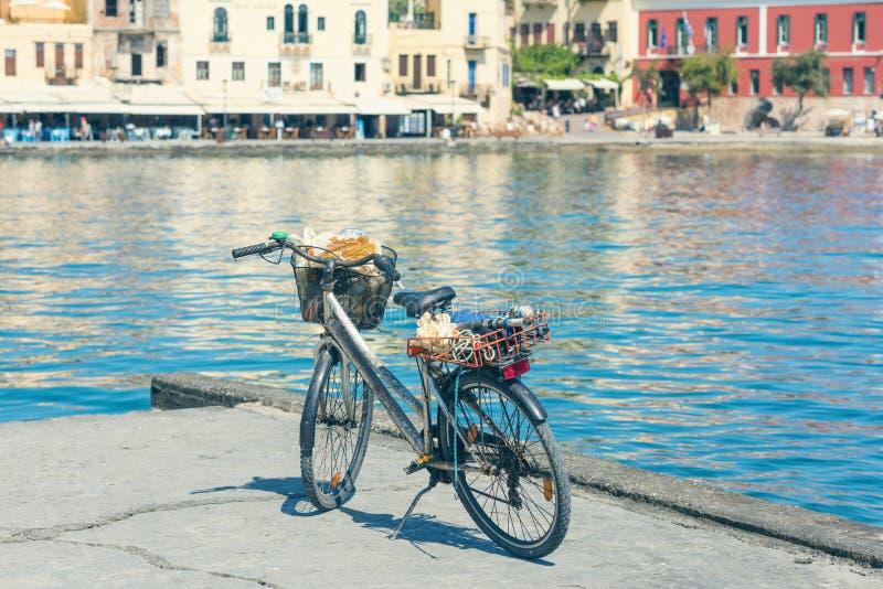 Bicicleta no cais do porto Venetian velho no fundo da cidade de Chania Console de Crete fotos de stock