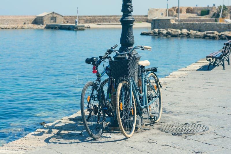 Bicicleta no cais do porto Venetian velho no fundo da cidade de Chania Console de Crete fotografia de stock royalty free