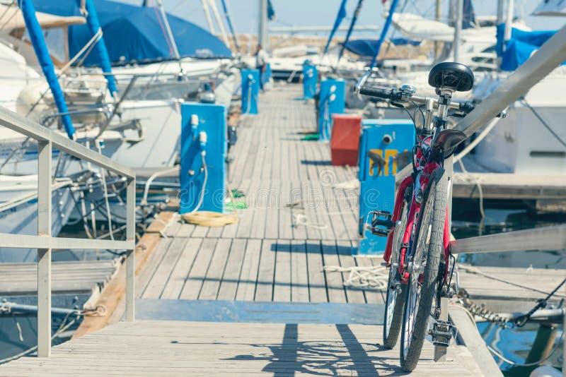 Bicicleta no cais do porto Venetian velho no fundo da cidade de Chania Console de Crete foto de stock