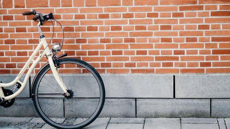Bicicleta no fundo da parede de tijolo, formato panorâmico do vintage do 16:9 imagem de stock royalty free