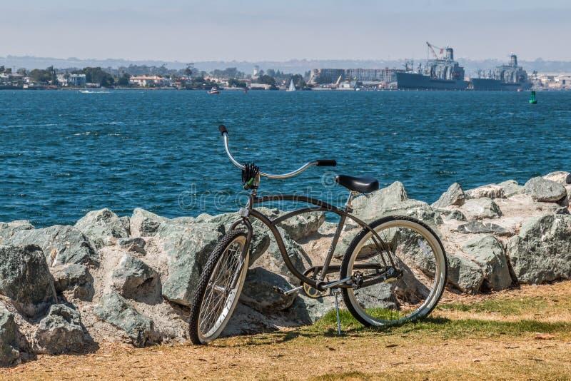 Bicicleta no parque de Embarcadero sul em San Diego imagem de stock