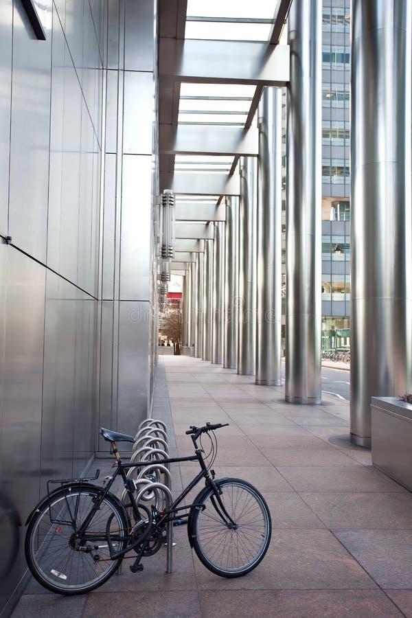 Bicicleta no prédio de escritórios fotos de stock