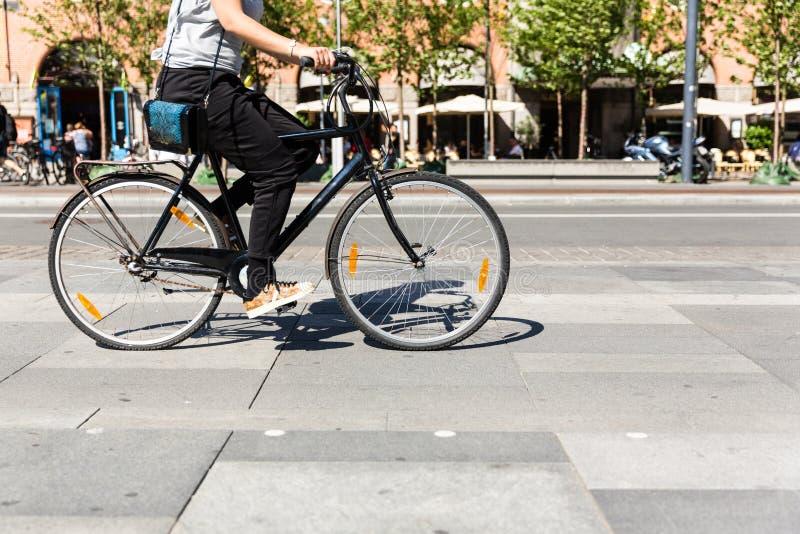 Bicicleta no tráfego de cidade foto de stock