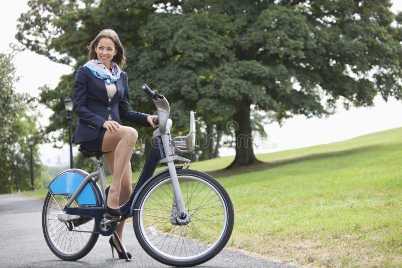 Bicicleta nova da equitação do homem de negócios ao comutar para trabalhar foto de stock