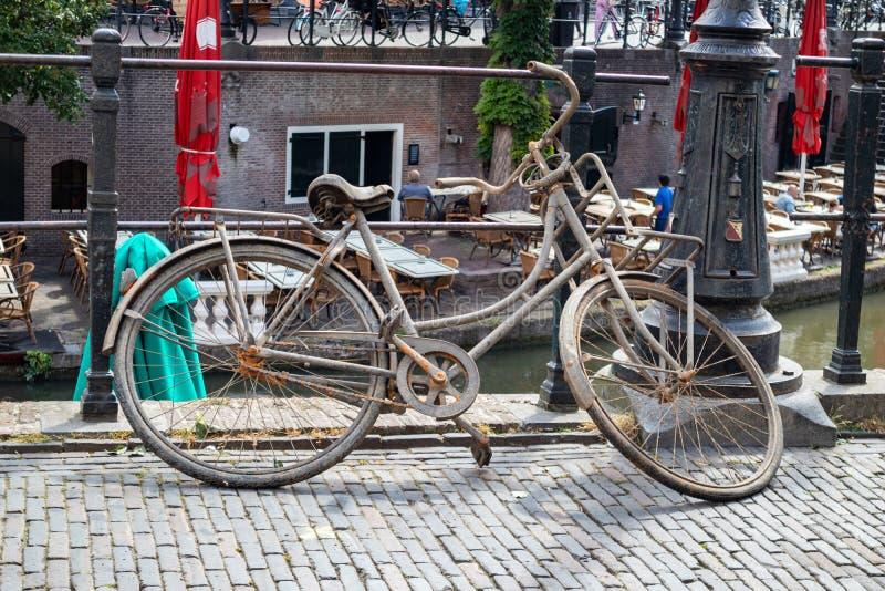 Bicicleta oxidada Bicicleta velha em um canal do rio na cidade de Utrecht, Países Baixos fotografia de stock