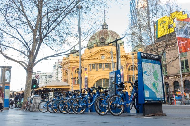 Bicicleta pública de Melcourne na estação da rua de Flinder imagem de stock royalty free