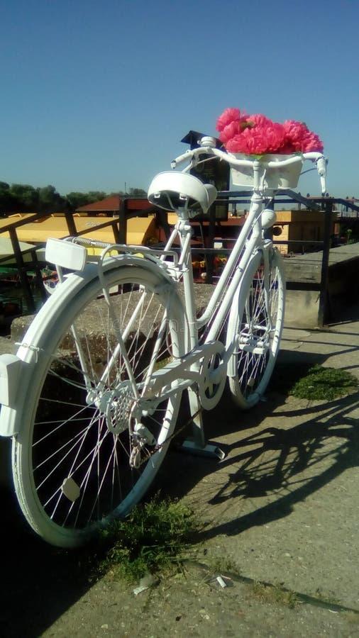 A bicicleta para a estrada ao céu fotografia de stock royalty free