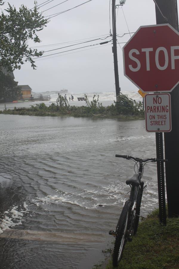 Bicicleta pela inundação imagens de stock royalty free