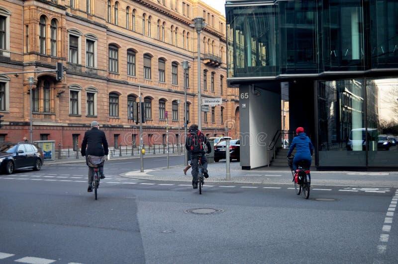 Bicicleta que camina y biking de la gente alemana en el camino imagenes de archivo
