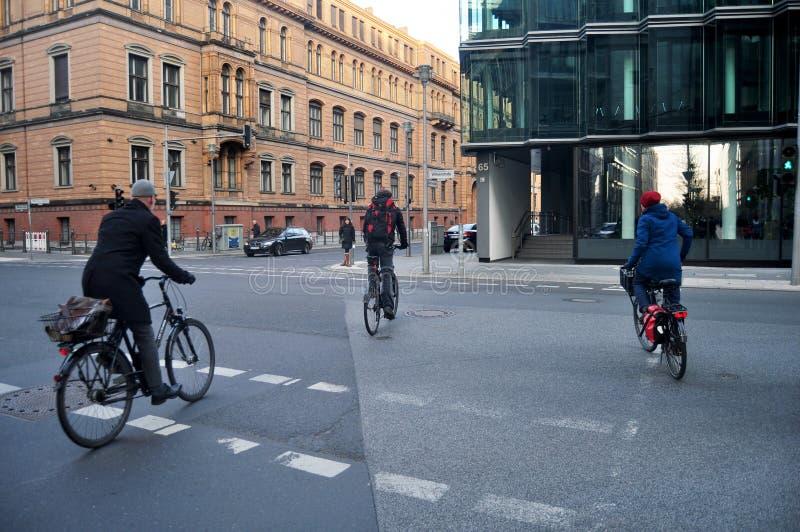 Bicicleta que camina y biking de la gente alemana en el camino fotografía de archivo