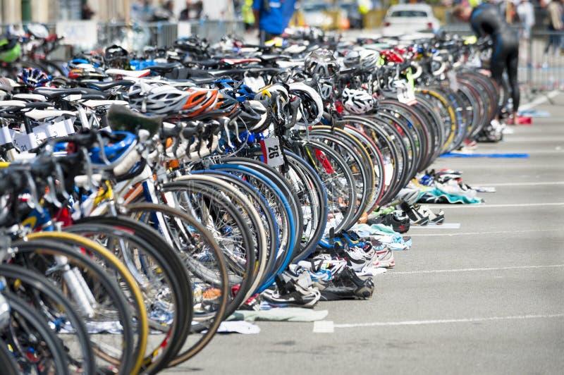 Bicicleta que espera no triathlon imagem de stock