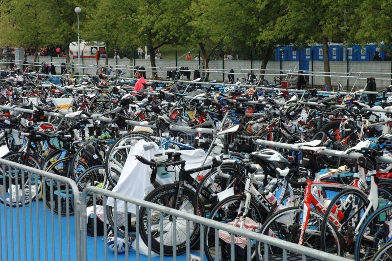 Bicicleta que espera no Triathlon de Poznan fotos de stock royalty free