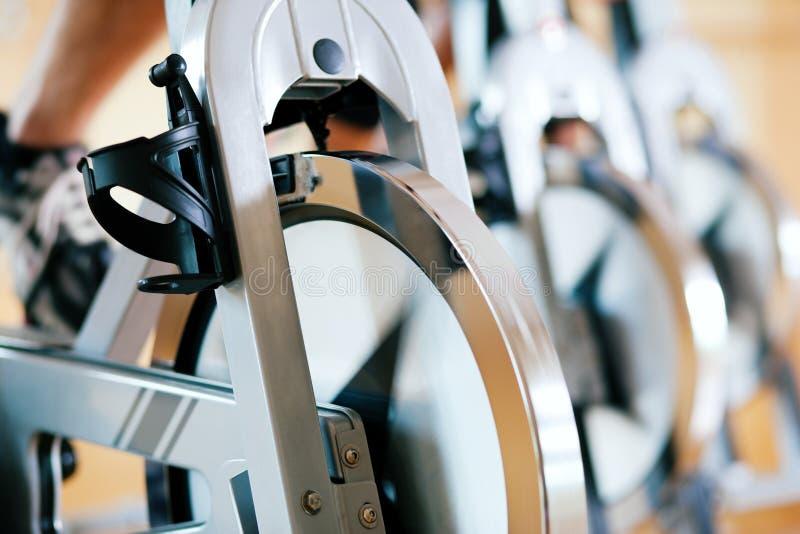 Bicicleta que hace girar en gimnasia foto de archivo