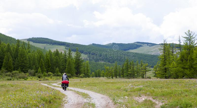 Bicicleta que visita em montanhas do norte de Mongólia foto de stock
