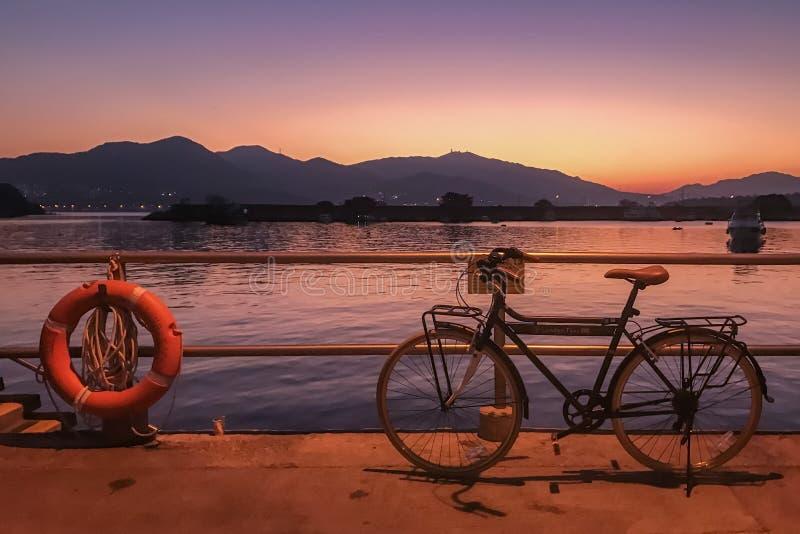 Bicicleta retro, cerca e por do sol do inclinação fotos de stock