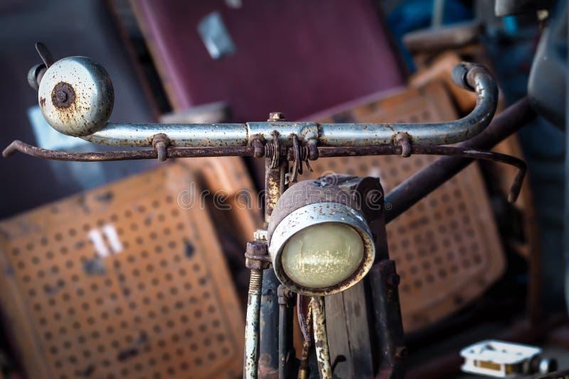Bicicleta retro, vista dianteira Imagem denominada retro de uma bicicleta do século XIX com lanterna fotografia de stock