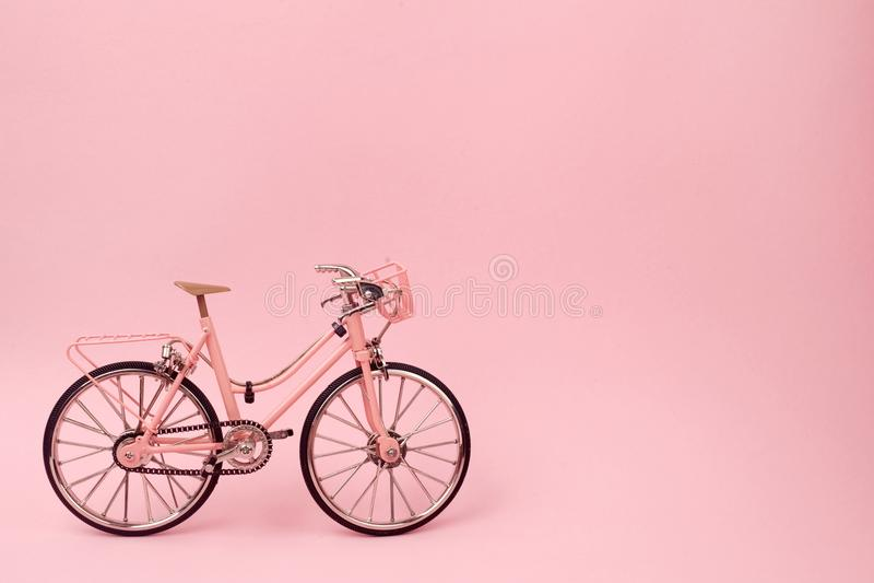 Bicicleta rosada del vintage en fondo rosado concepto mínimo en colores pastel del estilo imágenes de archivo libres de regalías