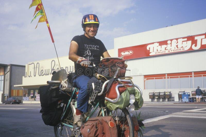 Bicicleta sin hogar del montar a caballo del Latino fotos de archivo
