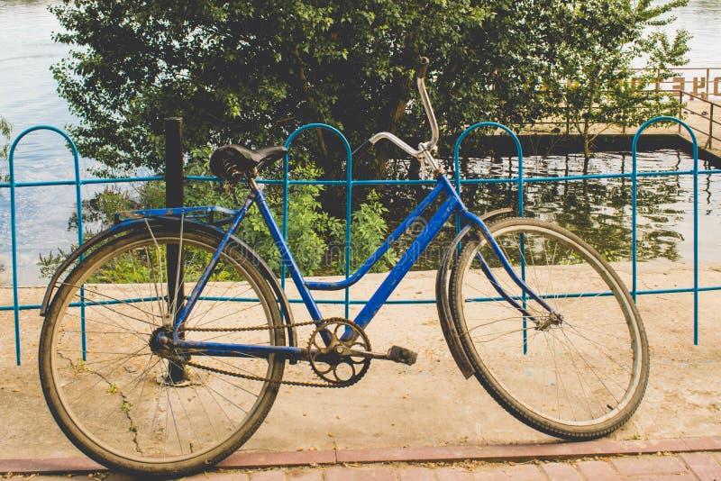 Bicicleta soviética da terra O controle manual do transporte o mais simples no estilo do vintage e em cores mornas fotografia de stock royalty free