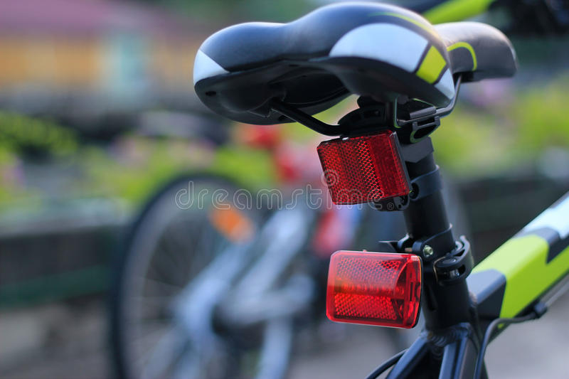 Bicicleta trasera de las luces en fondo de la calle imagen de archivo