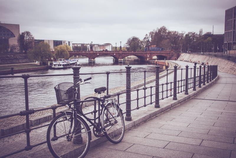 Bicicleta velha na cidade fotografia de stock royalty free