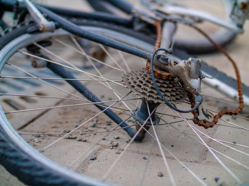 Bicicleta velha quebrada e da curvatura com uma corrente oxidada imagem de stock royalty free