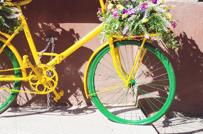Bicicleta verde amarela retro na cidade de tenerife com flores fotografia de stock