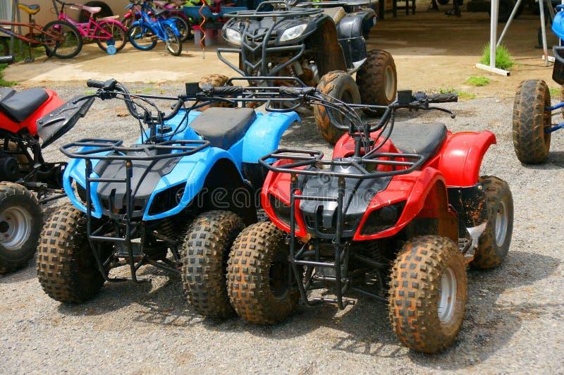 Bicicleta vermelha e azul do quadrilátero de ATV em Tailândia fotografia de stock royalty free
